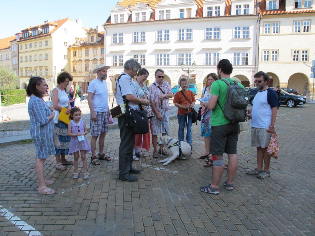 Účastníci vycházky pro zrakově handicapované v Praze se sešli na Loretánském náměstí.