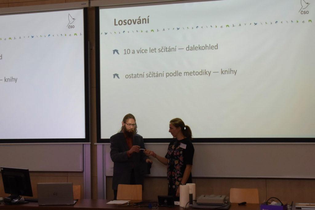 losování odměn sčitatelům na členské schůzi ČSO 2019 v Českých Budějovicích