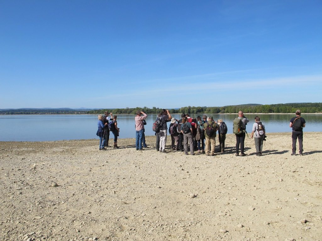 účastníci exkurze ČSO na břehu vodní nádrže Rozkoš