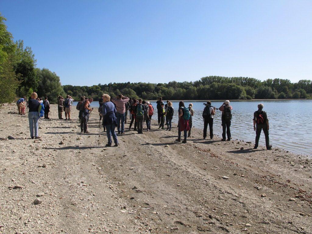 účastníci exkurze ČSO na břehu VN Rozkoš