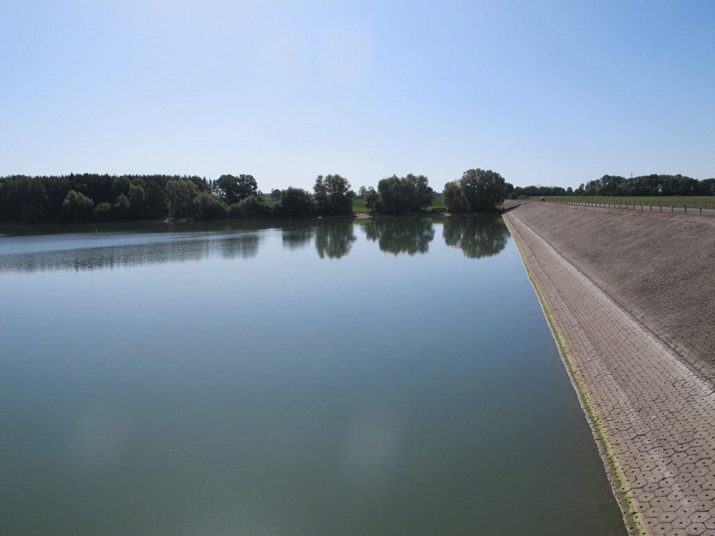 vodní hladina a hlavní hráz vodní nádrže Rozkoš