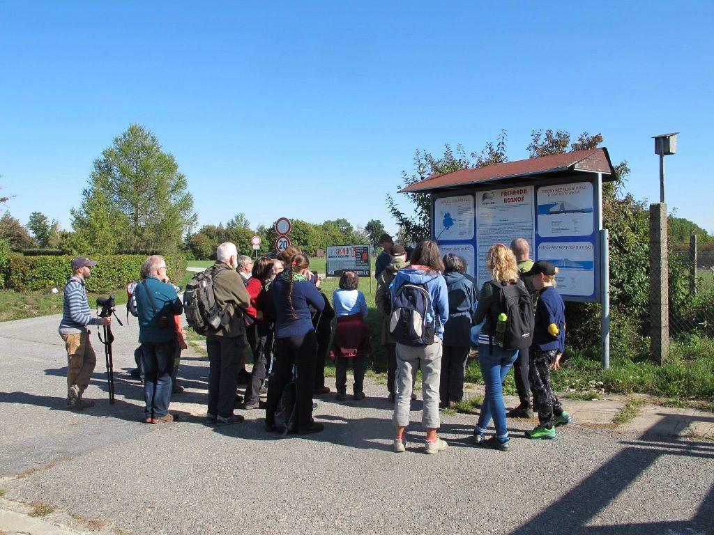 účastníci exkurze ČSO u informační tabule vodní nádrže Rozkoš