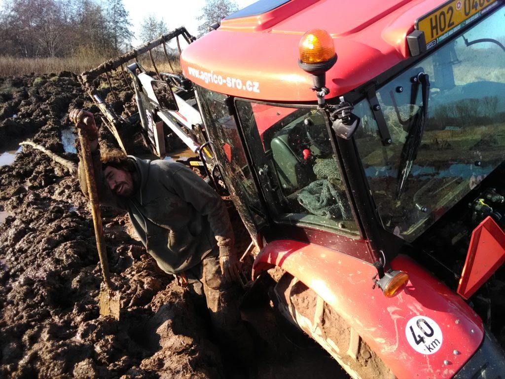 David Číp vykopává traktor na JL
